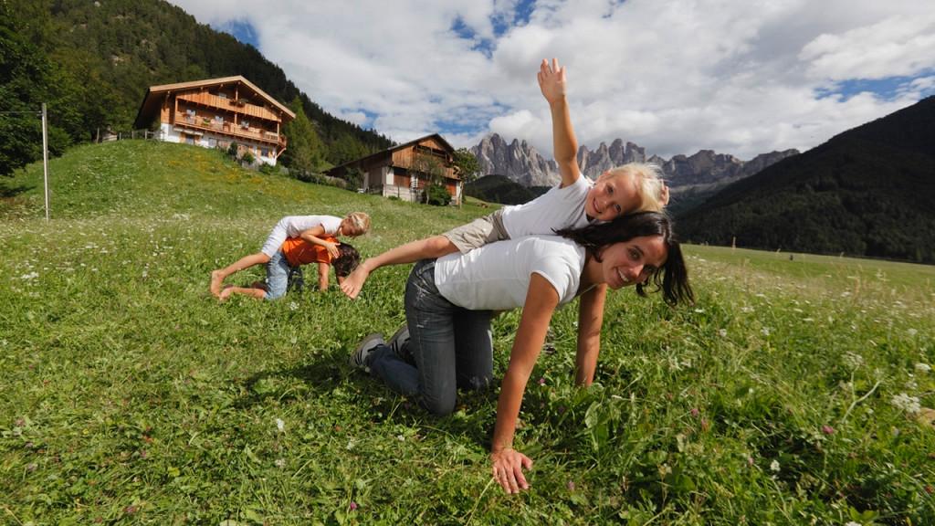 Giochi con i bimbi - Agriturismi Gallo Rosso: solo prodotti di qualità