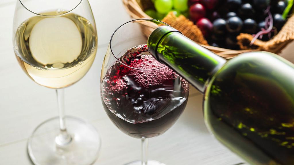 bicchieri di vino che vengono riempiti - Vino in festa