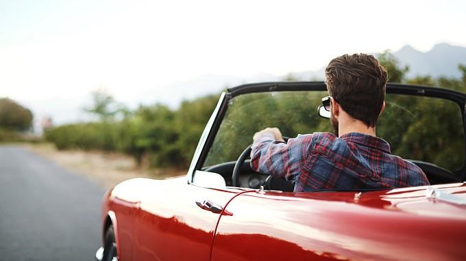 Vacances de luxe à borde d'une voiture ancienne - cover