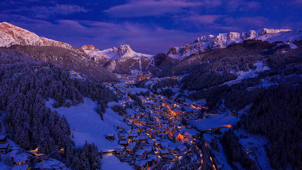 Vue d'hiver panoramique sur le Val Gardena