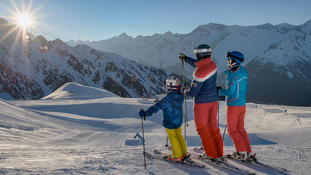 Skieurs dans les vallées Aurina