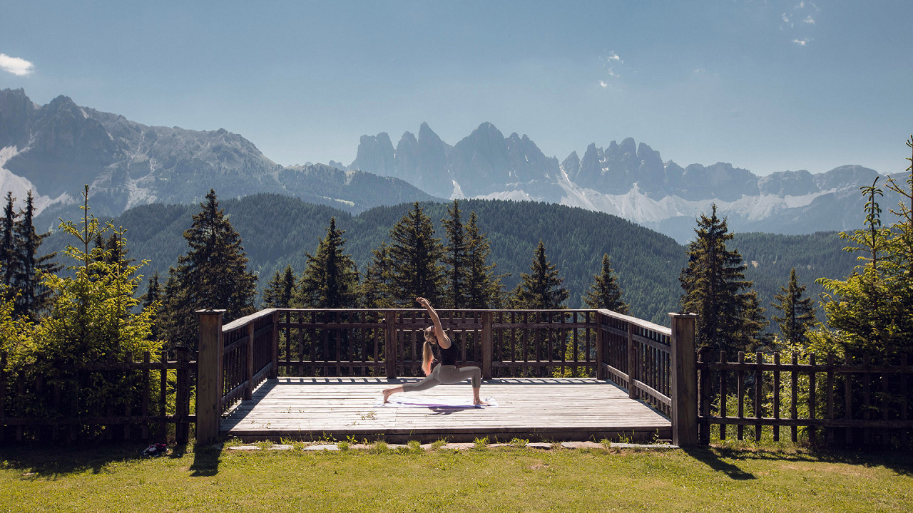 Yoga all'aperto con vista panoramica Forestis Bressanone