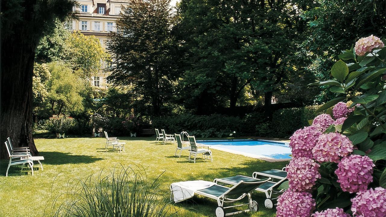 Garten mit Schwimmbad Parkhotel Laurin Bozen
