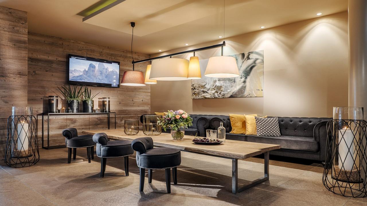 Wohnzimmer mit TV Hotel Chalet Mirabell Hafling