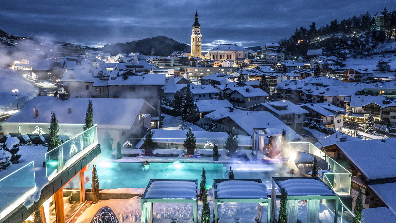 Outdoor swimming pool in winter with a view of Castelrotto Abinea Hotel Castelrotto
