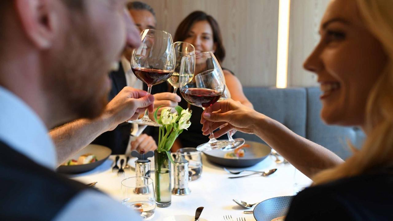 Пара в ресторане Отель Линденхоф натурно