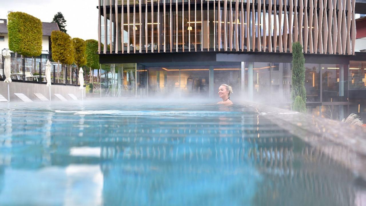 Женщина в открытом бассейне Отель Линденхоф натурно