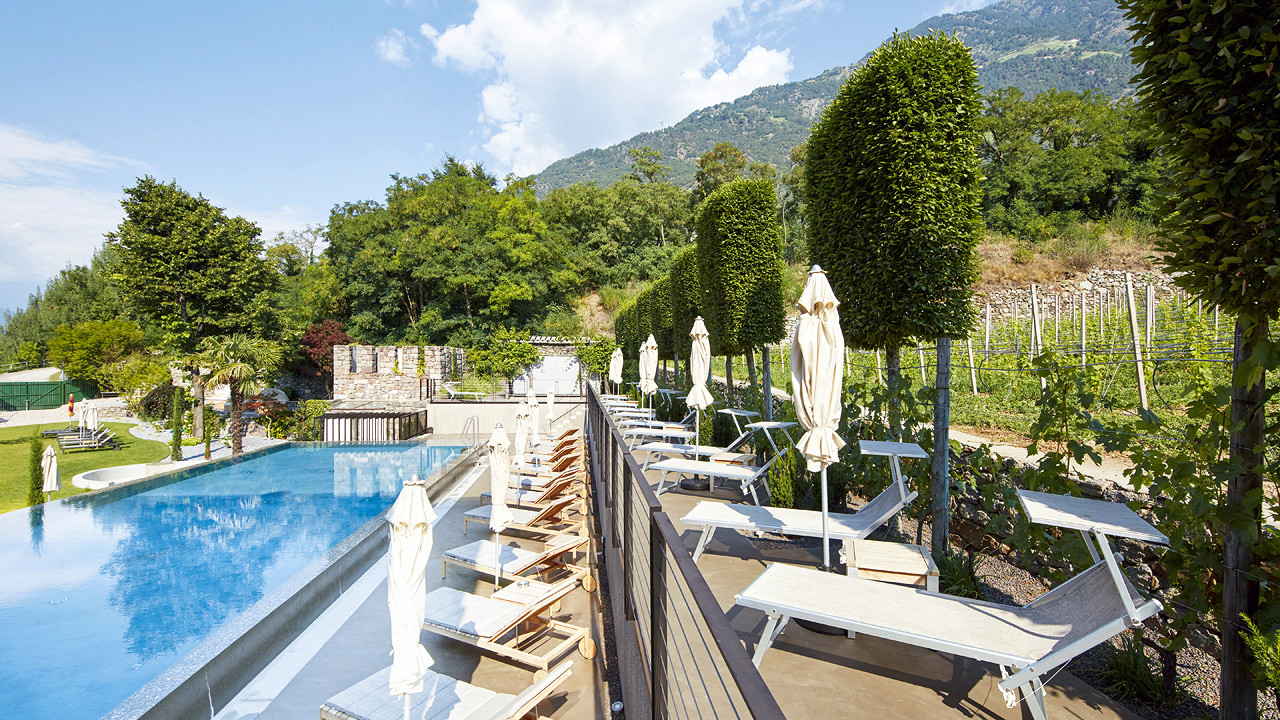 View of outdoor pool Lindenhof Hotel Naturno