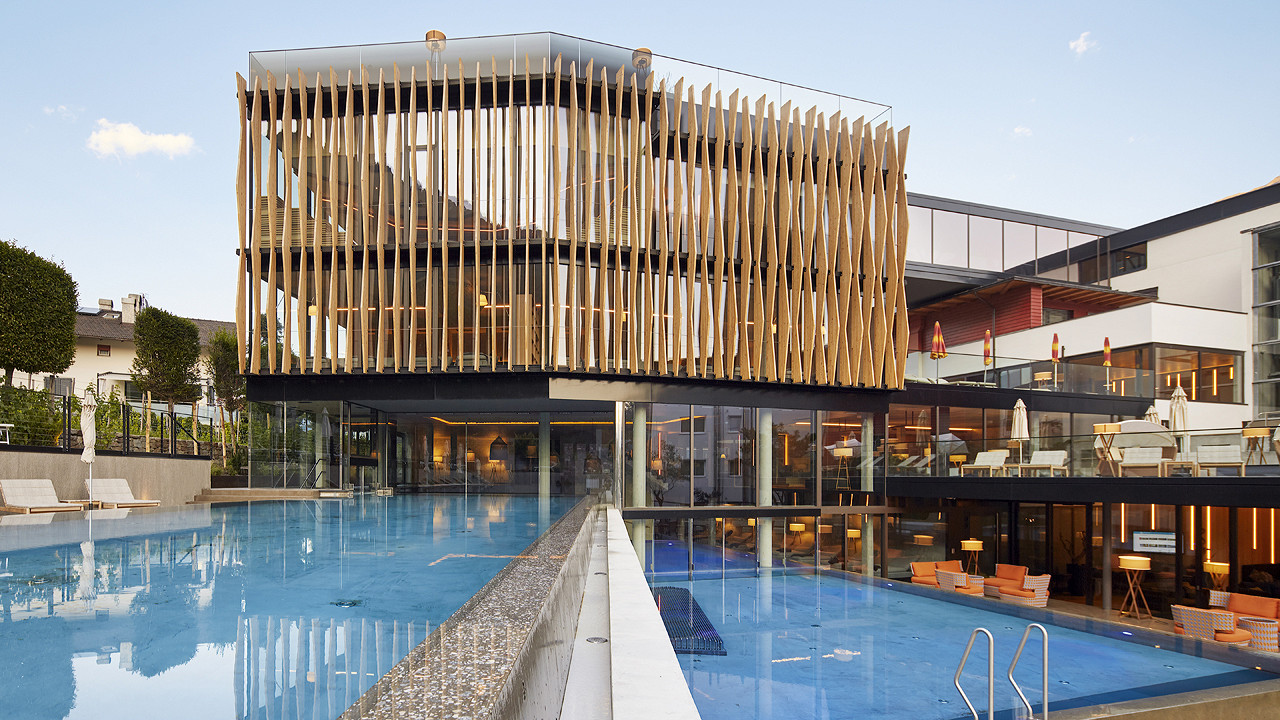 External structure with swimming pool Lindenhof Hotel Naturno