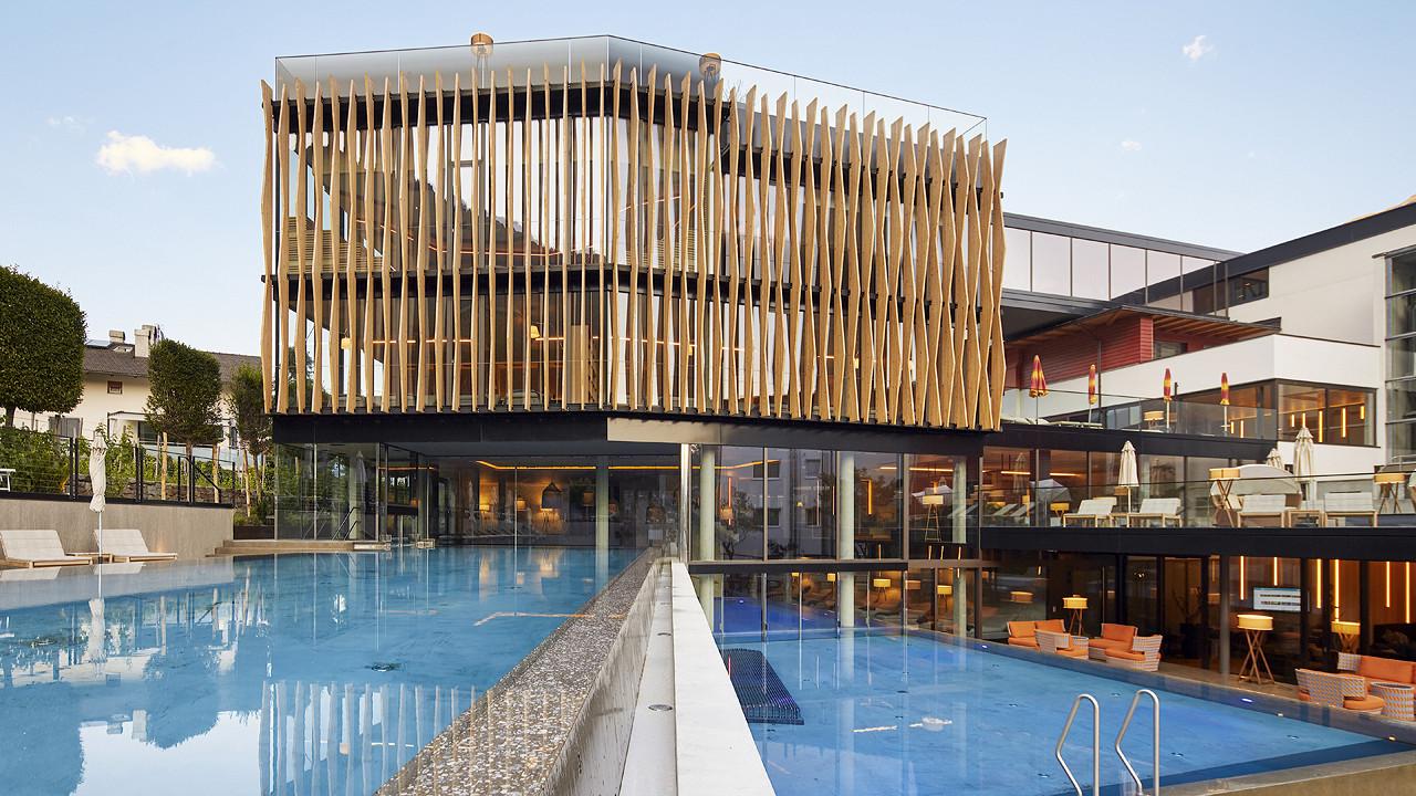наружное строение с бассейном Отель Линденхоф натурно