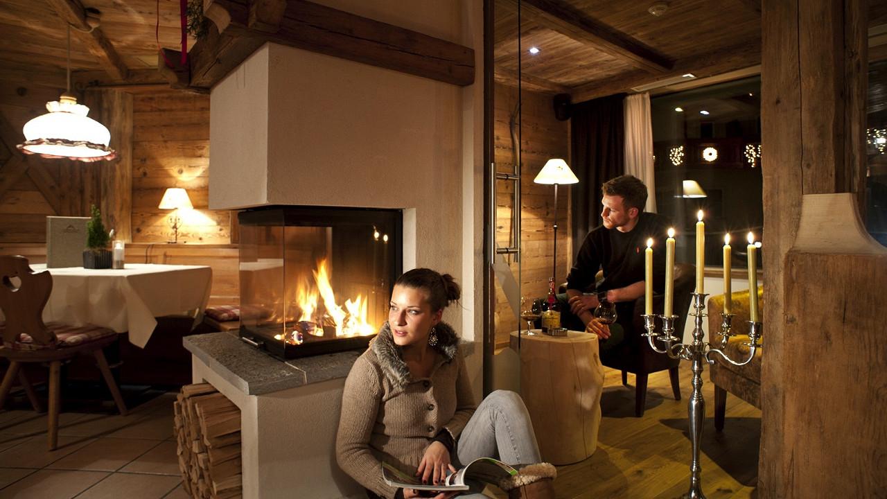 Paar mit Kamin Abinea Hotel Kastelruth