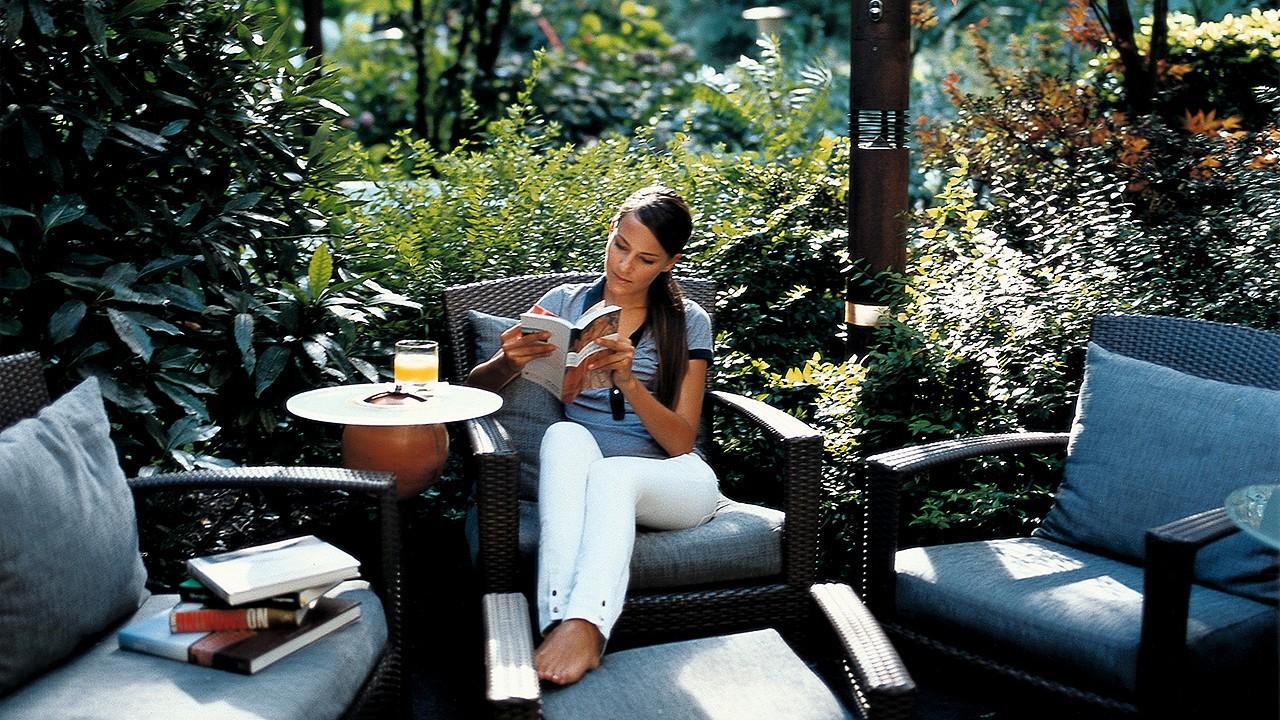 Чтение в саду Парк-отель Лаурин Больцано
