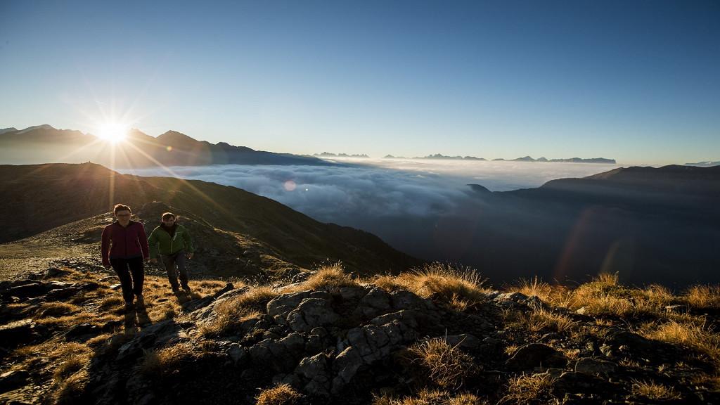 Пара гуляет в горах ФОРЕСТИС Доломиты Брессаноне
