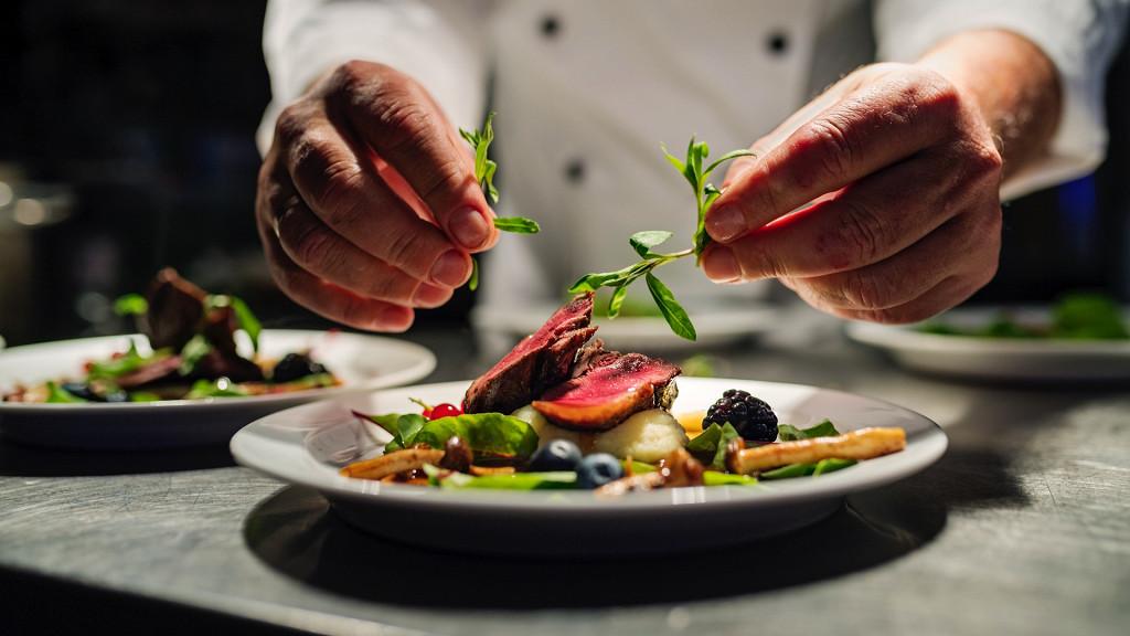 Koch mit Gourmet-Gericht