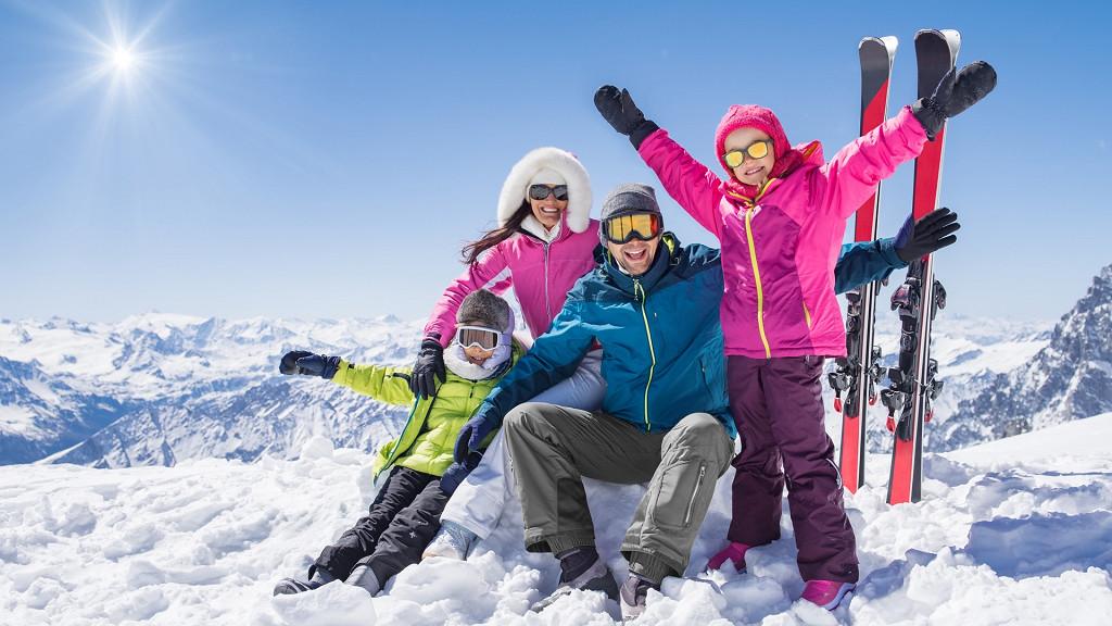 Famiglia sulle piste da sci