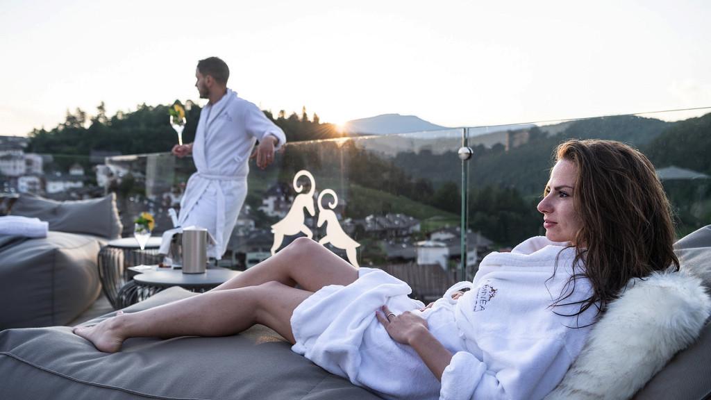 Détente au bord de la piscine Abinea Hôtel Castelrotto romantique