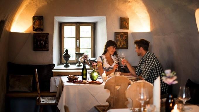 Paar beim Abendessen Hotel Turm Völs am Schlern romantisch
